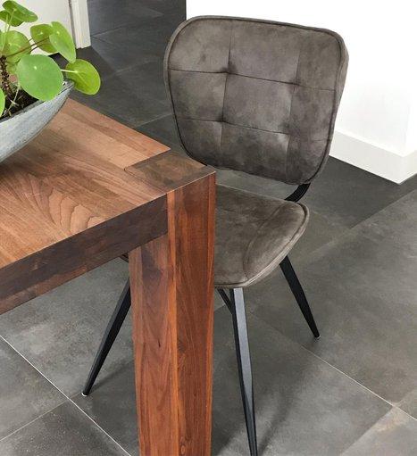 Industrïele stoel voor de eetkamer met stoffen bekleding
